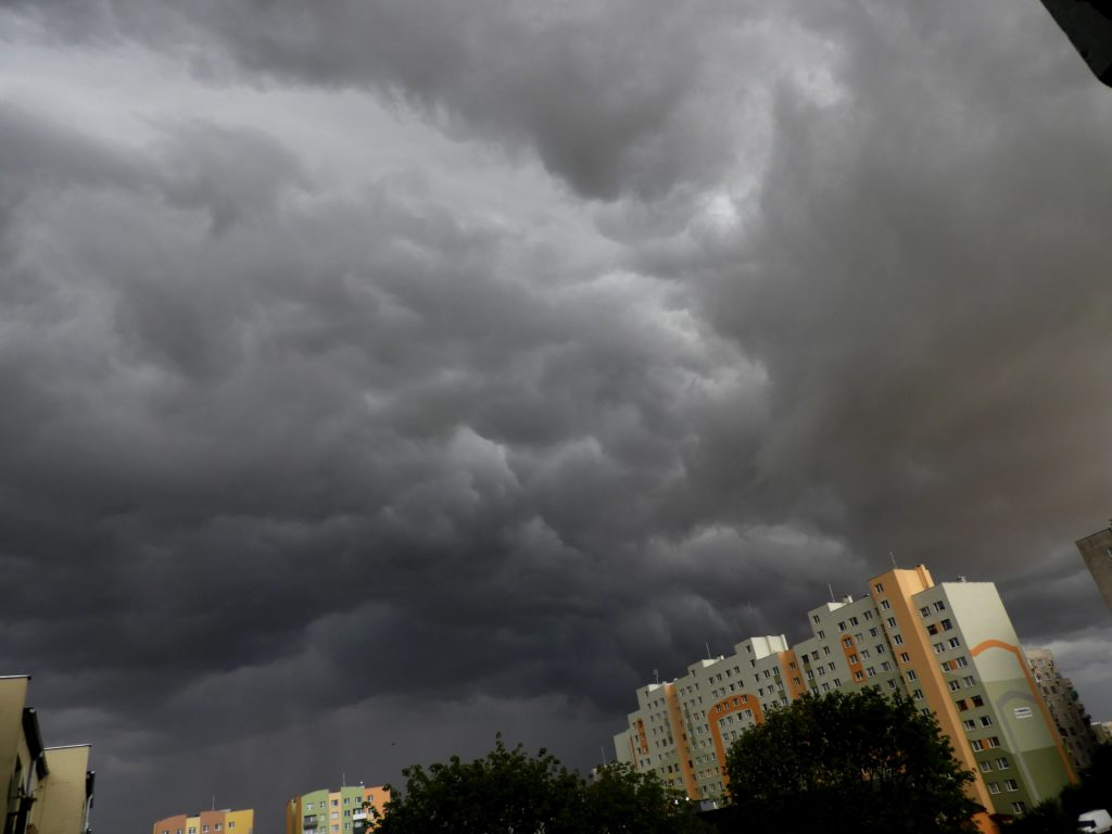 czynniki hamujące rozwój burz